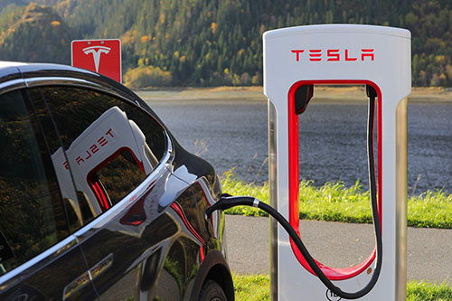 Since the creation of Tesla with its innovative and technologically advanced electric cars, several car manufacturers have followed by launching their own models of electric cars afraid of losing the market. Although still marginal, a race is well underway for the car of tomorrow to be 100% electric.